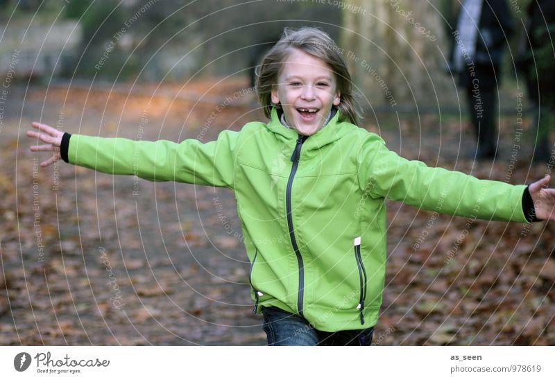 Die Welt umarmen Mensch Kind grün Wald Leben Herbst Bewegung Gefühle Liebe Junge Glück braun Stimmung Freundschaft Familie & Verwandtschaft Zusammensein