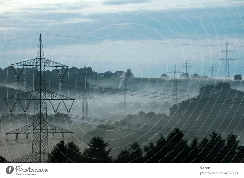 keine Ahnung blau Wald Erholung Holz Landschaft Nebel Energiewirtschaft Elektrizität Kabel Klima Strommast Sauerland