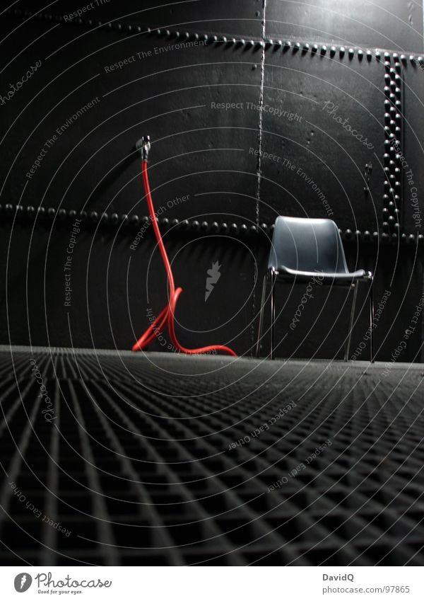 Horst rot ruhig schwarz grau Beleuchtung Perspektive Industrie Stuhl Stahl Stillleben Sitzgelegenheit Eisen Schlauch bewegungslos hart Blech