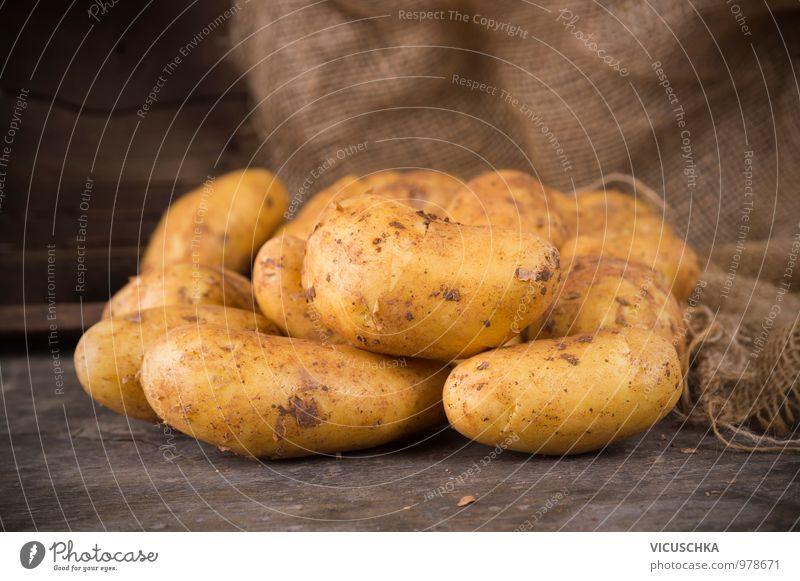 Frische Kartoffeln auf rustikalem Holztisch Lebensmittel Gemüse Ernährung Bioprodukte Vegetarische Ernährung Diät Stil Design Garten Sack Natur Ernte Zutaten