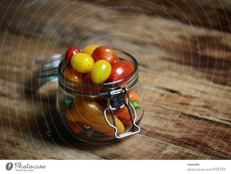 GemüseAllerlei Lebensmittel Ernährung Essen Picknick Vegetarische Ernährung Diät gelb rot Tomate Paprika Einmachglas Glas Holztisch Gesunde Ernährung Gesundheit