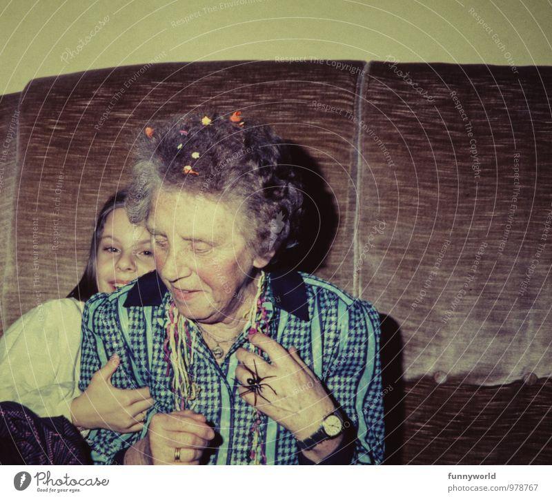 Silvester mit Oma Karneval Silvester u. Neujahr Mädchen Großmutter 2 Mensch 3-8 Jahre Kind Kindheit 60 und älter Senior Konfetti Luftschlangen alt