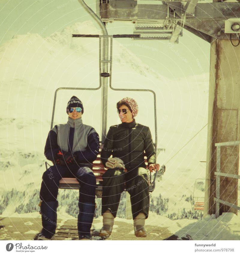 Im Skilift Mensch Frau Ferien & Urlaub & Reisen Jugendliche Junger Mann Winter Erwachsene Schnee Sport oben Tourismus retro Mutter Skifahren Sonnenbrille kommen