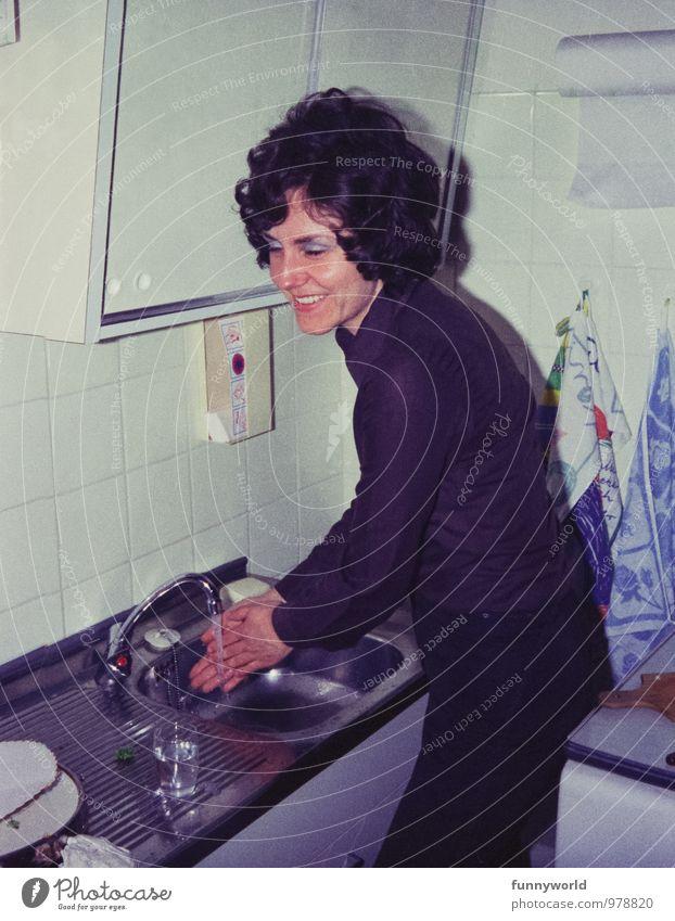 Hände waschen Häusliches Leben Wohnung Küche Waschbecken Junge Frau Jugendliche 1 Mensch 18-30 Jahre Erwachsene Mode Haare & Frisuren Lächeln retro