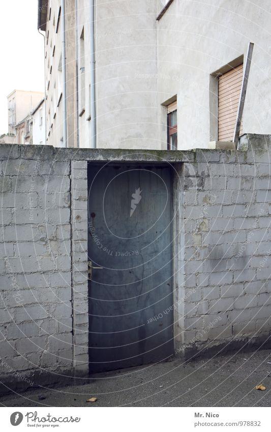 komm hinten rum Kleinstadt Stadt Haus Gebäude Architektur Mauer Wand Fassade Fenster Tür Wege & Pfade dreckig kalt trist grau Hinterhof Hintertür Eingang
