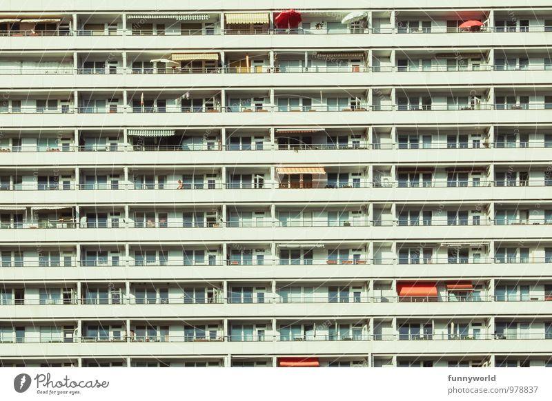 Großstadtsymmetrie Berlin Hauptstadt Hochhaus Bauwerk Gebäude Architektur Fassade Balkon trist Stadt Zusammensein Einsamkeit Gesellschaft (Soziologie) Idylle
