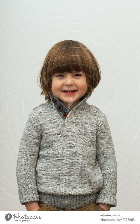 Porträt Winter maskulin Kind Kindheit Haare & Frisuren Gesicht 1 Mensch 3-8 Jahre Pullover blond kurzhaarig Pony Lächeln Blick stehen warten Coolness klein