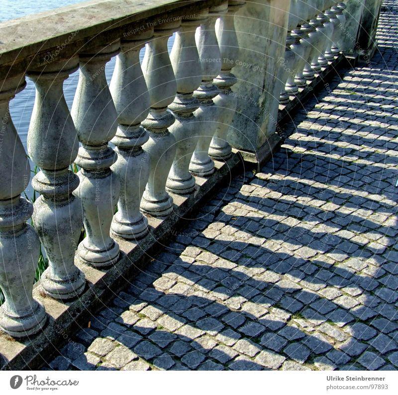 Alte Brücke mit Steinpfeilern und Schattenriss Farbfoto Detailaufnahme Menschenleer Licht Sonnenlicht Leiter Park Mauer Wand Terrasse Straße stehen fest