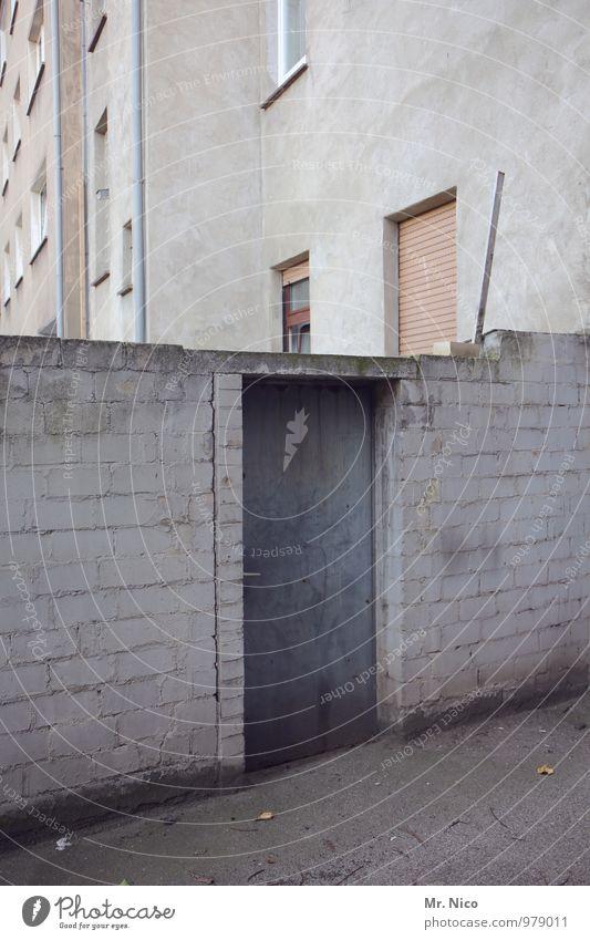 komm hinten rum Stadt Haus Gebäude Architektur Mauer Wand Fassade Fenster Tür trist grau Hinterhof Hintertür Eingang Eingangstür Stadthaus Nachbar Nachbarhaus
