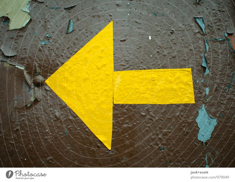 Linker gelber Pfeil DDR Farbschicht Etikett Metall Dreieck Rechteck einfach retro braun selbstgemacht links Oberflächenstruktur Hinweisschild evident abgeplatzt
