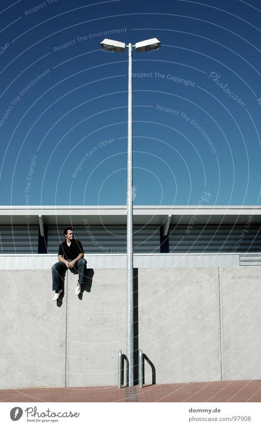 stay please Mann Kerl Pause Mauer Parkplatz Laterne Lampe Licht Sommer Kopfsteinpflaster Blech Dach kalt Physik Hose Hemd Freundlichkeit Langeweile dommy sitzen