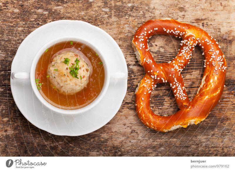 Knedlsuppn Lebensmittel Teigwaren Backwaren Suppe Eintopf Abendessen Teller Billig gut braun weiß Wahrheit Speck Speckknödel Knödel Suppentasse Brezel Holz