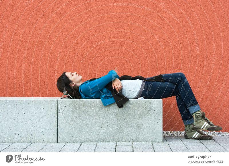 Rotzeit Frau feminin rot zyan grau weiß Kraft mehrfarbig Mauer Putz Beton Schuhe Stiefel brünett schlafen Erholung Zufriedenheit Porträt Liege Schal schwarz