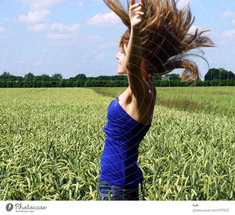 Sommercore. Wolken himmelblau Insekt Schweben Luft Windzug wo Feld grün Weizen groß mehrfarbig springen Schwung Mädchen Frau Ferne Jugendliche Himmel blue
