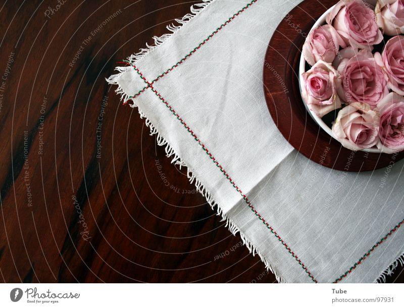 Rosarote Impressionen II Holz braun Tisch Rose rosa grün weiß Blüte luftig leicht Haufen Streifen Blume Stillleben Composing dunkel beruhigend schwer Holzmehl