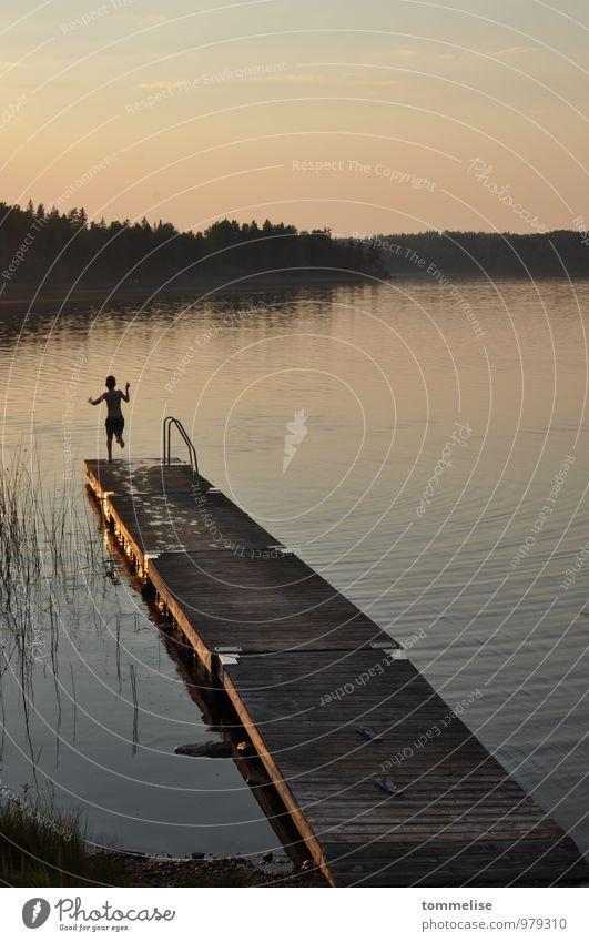 Jump! Freiheit Sommer Schwimmen & Baden Kind 1 Mensch Sonnenaufgang Sonnenuntergang Seeufer springen Lebensfreude Mut Beginn Optimismus Vertrauen Steg