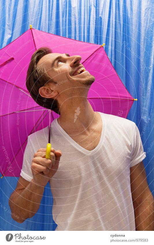 Verschont geblieben Mensch Jugendliche Freude Junger Mann 18-30 Jahre Erwachsene Leben Glück Gesundheit lachen Freiheit oben rosa Lifestyle Regen beobachten