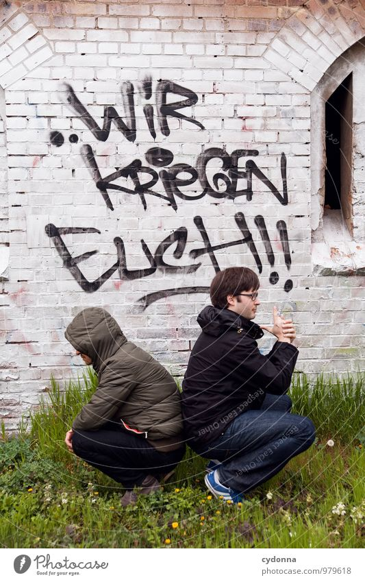 Kein Entkommen Lifestyle Stil Mensch Mann Erwachsene Leben 2 Wiese Mauer Wand Schriftzeichen Graffiti Abenteuer Aggression Beginn Angst Beratung Partnerschaft