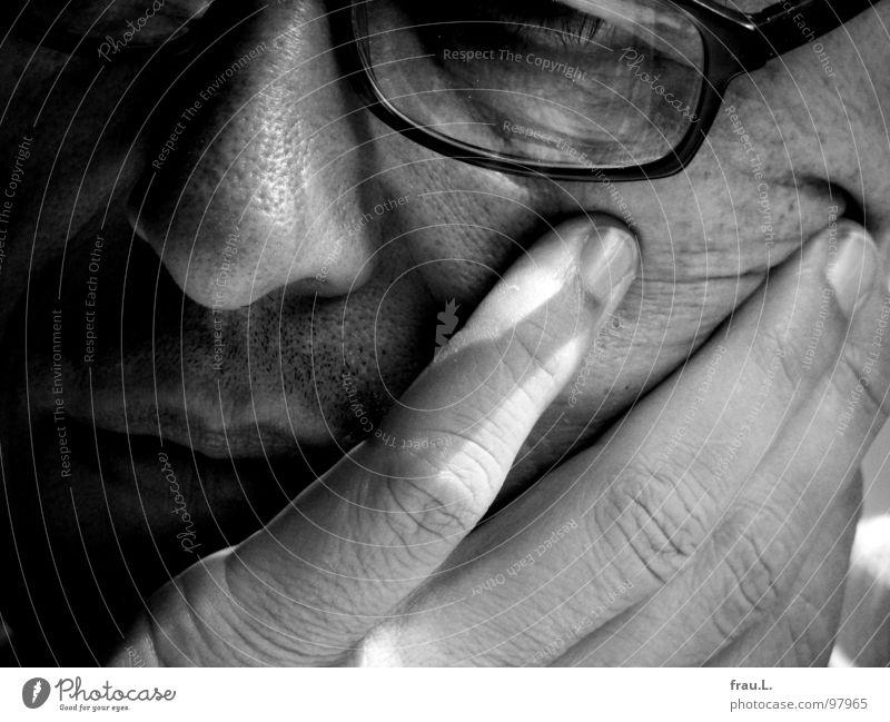 versunken Mann Hand Gesicht träumen Mund Brille lesen Falte Konzentration 50 plus Bart Müdigkeit Renovieren Zeitschrift Sonntag Geistesabwesend
