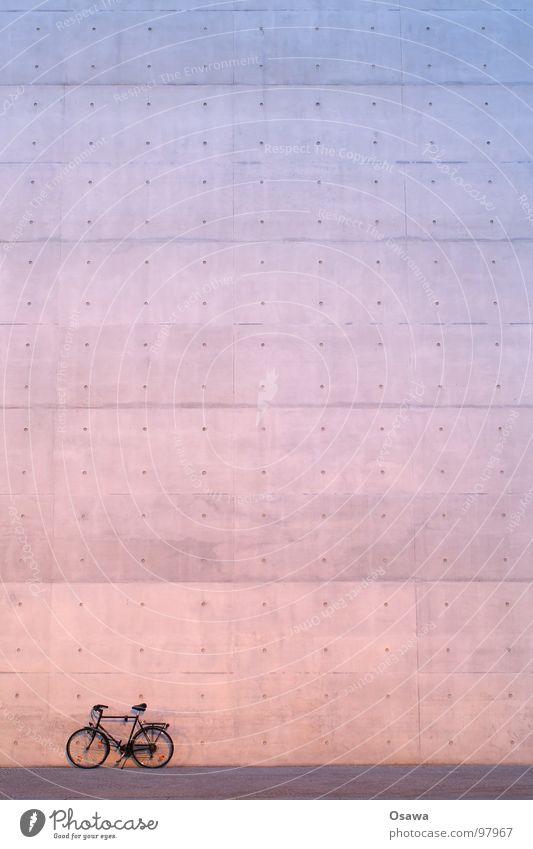 reloaded Fahrrad Wand Beton violett rot grau Gebäude Mauer Fuge Detailaufnahme blau Herrenrad Stein Architektur