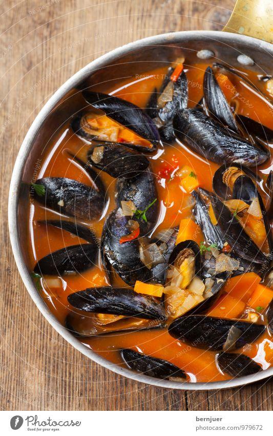 Muscheln Lebensmittel Meeresfrüchte Topf Billig gut Muschelschale Miesmuschel Foodfotografie Essen kochen & garen Tomatensauce Holzbrett rustikal Menschenleer