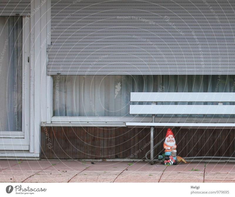 einsamer Wächter... Dorf Haus Einfamilienhaus Gebäude Terrasse Fenster Tür Dekoration & Verzierung Gartenzwerge Bank Jalousie Gardine Kunststoff alt stehen
