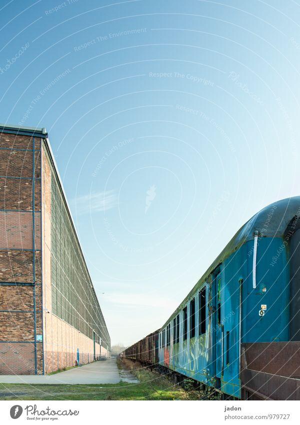 letzte reise. Güterverkehr & Logistik Himmel Gebäude Architektur Mauer Wand Fassade Verkehr Verkehrsmittel Wagon Schienenverkehr Eisenbahn Güterzug Bahnhof
