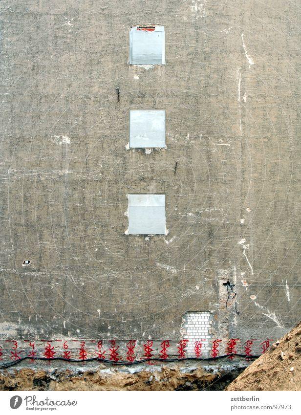 Drei Fenster Wand Sand Gebäude Mauer Fassade geschlossen Beton Baustelle Material Kies Betonwand Betonmauer Sandhaufen Betonbauweise