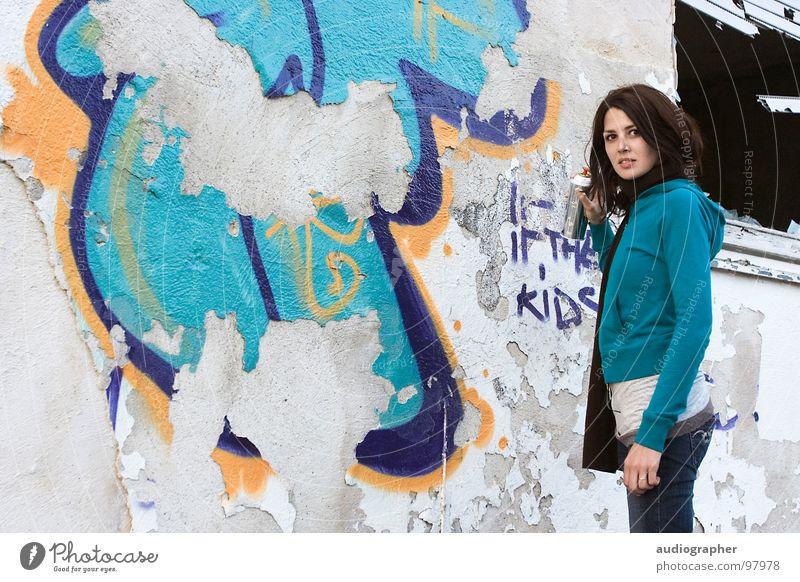 abgesprüht Frau weiß blau schwarz Haus feminin Wand Graffiti orange Angst Kunst kaputt streichen verfallen Verfall Ruine