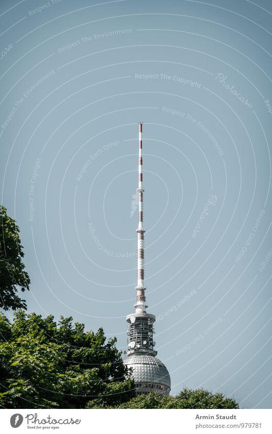 Spitze vom Berliner Fernsehturm Stadt blau Sommer Baum Ferne Design Tourismus stehen Perspektive hoch groß Kommunizieren Turm Vergangenheit