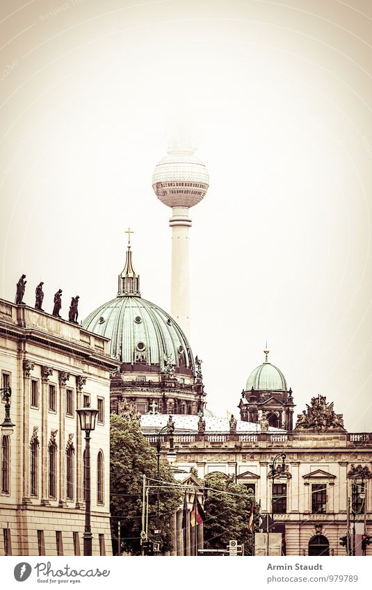 Berlin im Nebel Tourismus Architektur Wolkenloser Himmel Herbst Winter Berlin-Mitte Berliner Fernsehturm Oberpfarrkirche zu Berlin zeughaus-museum Hauptstadt