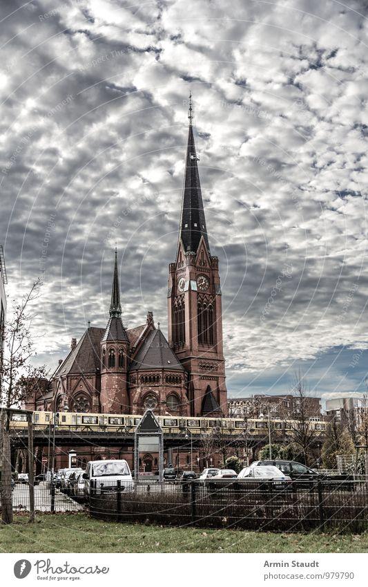 Kirche - U-Bahn - Berlin Himmel Stadt Haus Winter Ferne Umwelt Architektur Herbst Wiese Religion & Glaube außergewöhnlich Stimmung PKW Verkehr Perspektive