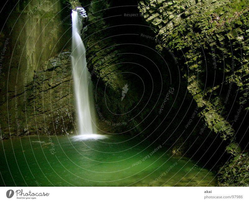 Wasserfall 2 Bach dunkel Slowenien kalt frisch grün Gischt Langzeitbelichtung nass schön Wildbach Wildwasser Felswand Soca Kobarid Soča Sočatal