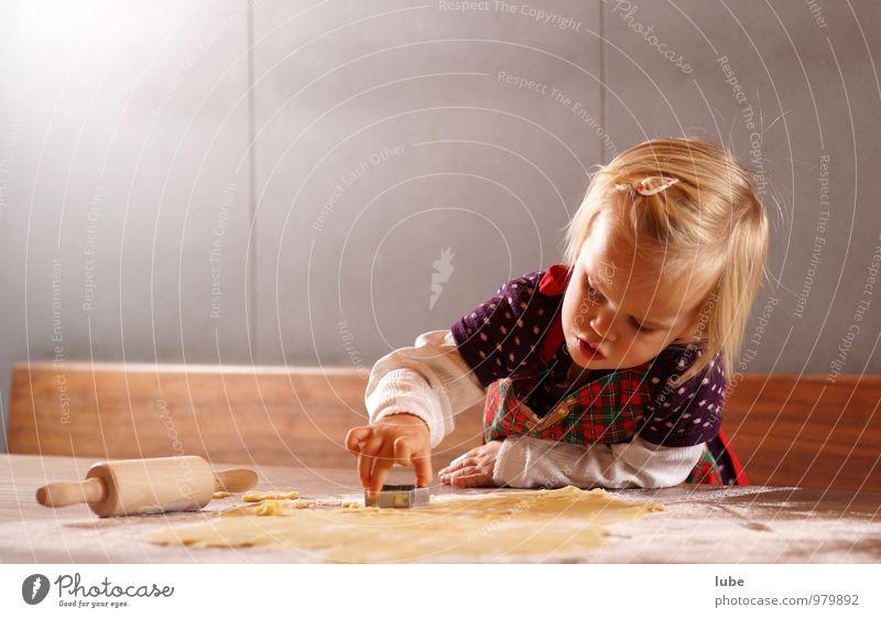 Weihnachtskekse Mensch Kind Weihnachten & Advent Mädchen Essen Lebensmittel Kindheit Küche Tradition Weihnachtsbaum Kleinkind Backwaren Teigwaren Plätzchen Bäckerei 1-3 Jahre