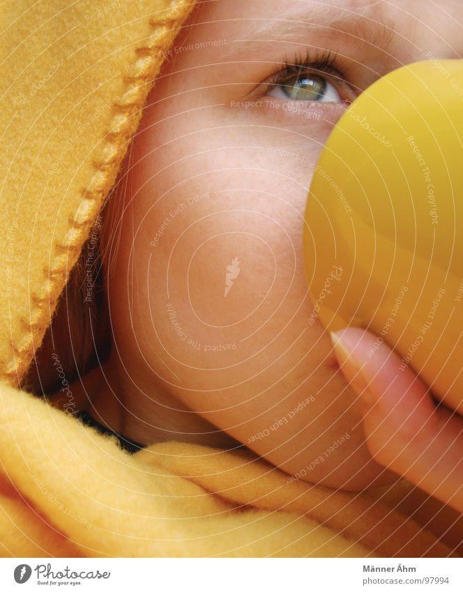 Abwarten und Tee trinken. Tasse Becher kalt Langeweile Decke Gesicht Kaffee Erholung Wellness Mädchen Daumen Naht gelb Blick nach oben Auge Augenfarbe Wärme