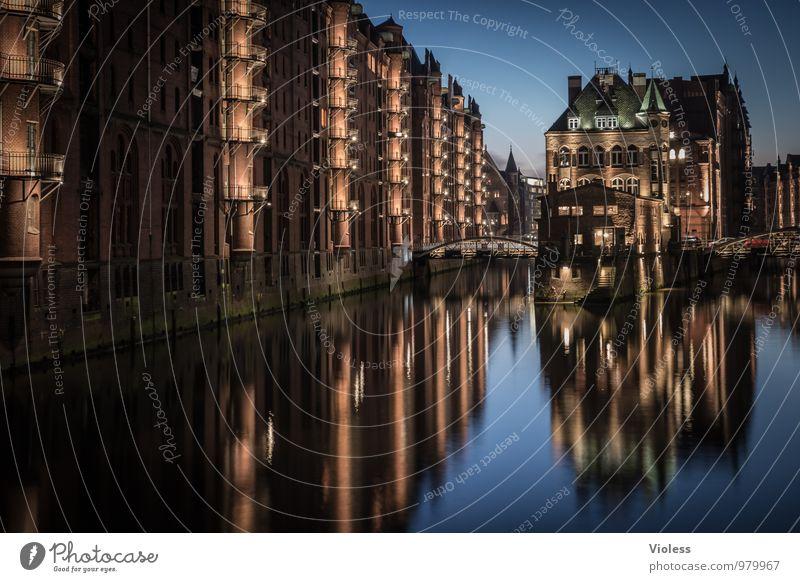 Ghosttown dunkel Architektur außergewöhnlich Fassade leuchten Brücke Hamburg Bauwerk Hafen Denkmal Wahrzeichen Sehenswürdigkeit Altstadt Hafenstadt Hafencity