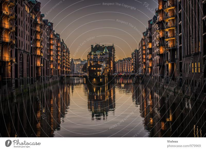 Speicherstadt Hafenstadt Altstadt Bauwerk Gebäude Architektur Sehenswürdigkeit Wahrzeichen Denkmal ästhetisch außergewöhnlich dunkel fantastisch Kitsch Hamburg