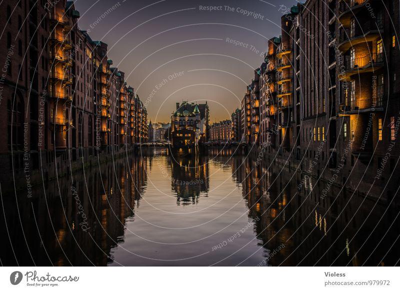 dunkel wars ... alt Architektur Gebäude außergewöhnlich Brücke Hafen Bauwerk Balkon Skyline Denkmal Wahrzeichen Sehenswürdigkeit Altstadt Hafenstadt Bekanntheit