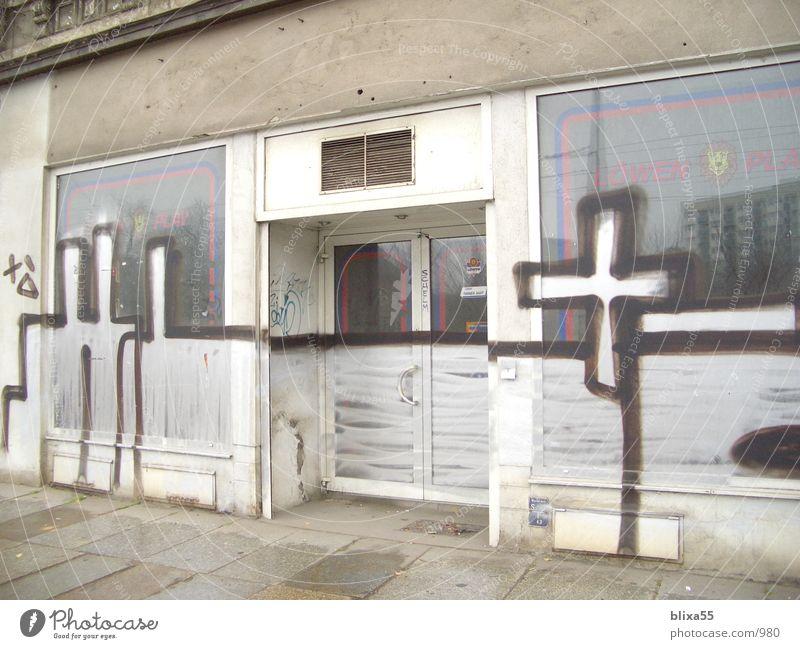 Closed Shop - Leipzig Verfall Schmiererei Ladengeschäft sprühen Schandfleck Kunst Stadt Schaufenster Spray Architektur Graffiti Rücken dicht gemacht Einsamkeit
