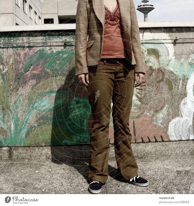 ANDROGYN Frau Mensch Hand Stadt Einsamkeit feminin Wand Mauer Mode Schuhe Beton hoch stehen Körperhaltung Jacke Hose