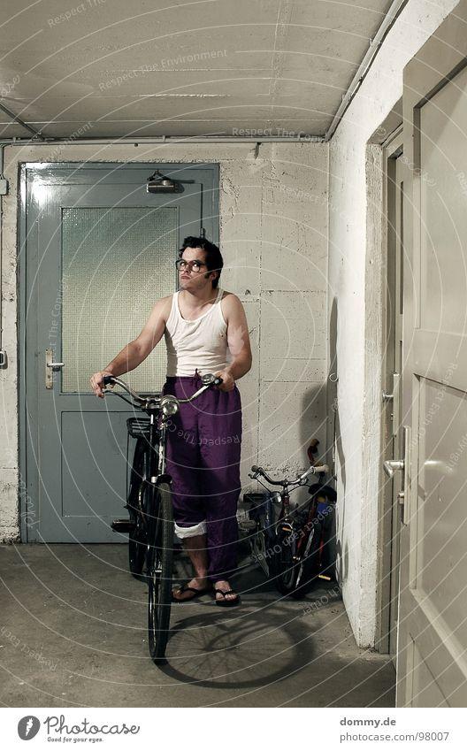 KNB Mann Kerl stehen Fahrrad Keller Hose Unterhemd Brille Tür Kellertür Innenaufnahme Brillenträger