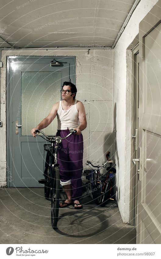 KNB Mann Tür Fahrrad stehen Brille Hose Keller Kerl Brillenträger Unterhemd Kellertür