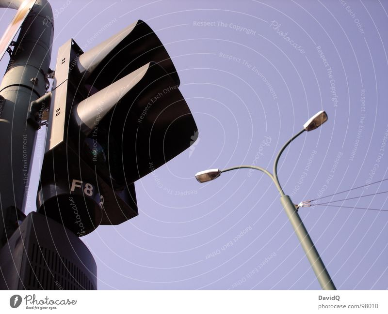 F8 2 grün Himmel blau rot Technik & Technologie festhalten Laterne Verkehrswege Schönes Wetter Strommast Ampel Straßenbeleuchtung umfallen Verkehrsschild