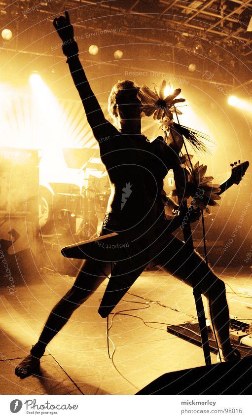 Zaccarias Rockin Kultur Rock 'n' Roll Elektrogitarre Blume Mikrofon Ständer Licht Bühne laut Konzert Musik Posthof Pink as a Panther Rockmusik Stoner Gitarre SG