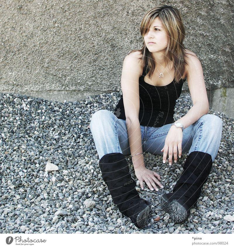 Zweifel Frau schön kalt Erholung Denken sitzen Stiefel Kies Hochmut skeptisch zielstrebig