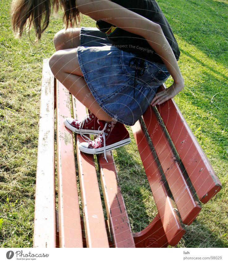 Es liegt etwas in der Luft... Jugendliche rot Sonne Sommer springen Beine Schuhe dreckig sitzen Suche Bank Rasen geheimnisvoll Amerika Chucks Turnschuh
