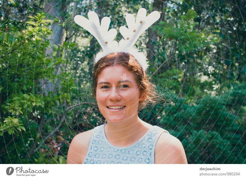 Warten auf den Weihnachtsmann, australisches girl mit einem antlers auf dem kopf. Freude harmonisch Sommer feminin Junge Frau Jugendliche 1 Mensch 18-30 Jahre