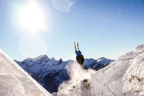 Backflip Mensch Jugendliche blau weiß 18-30 Jahre Winter Erwachsene Berge u. Gebirge Wärme Sport Freiheit Lifestyle maskulin Erfolg ästhetisch Unendlichkeit