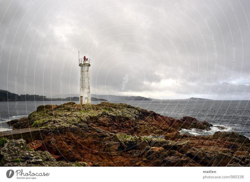 Kleiner Natur Landschaft Himmel Wolken Horizont Wetter schlechtes Wetter Moos Felsen Küste Strand Riff Meer Leuchtturm braun grau grün Galizien Farbfoto