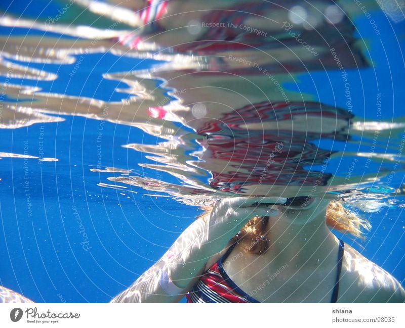 Kopflos im Meer Frau blau Wasser Hand rot Meer Mädchen Sommer Arme Haut Mund tauchen Bikini Oberfläche Wasseroberfläche Wassersport